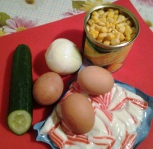 салат с крабовыми палочками и свежим огурцом 1
