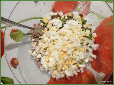 простой салат из рыбных консервов 4